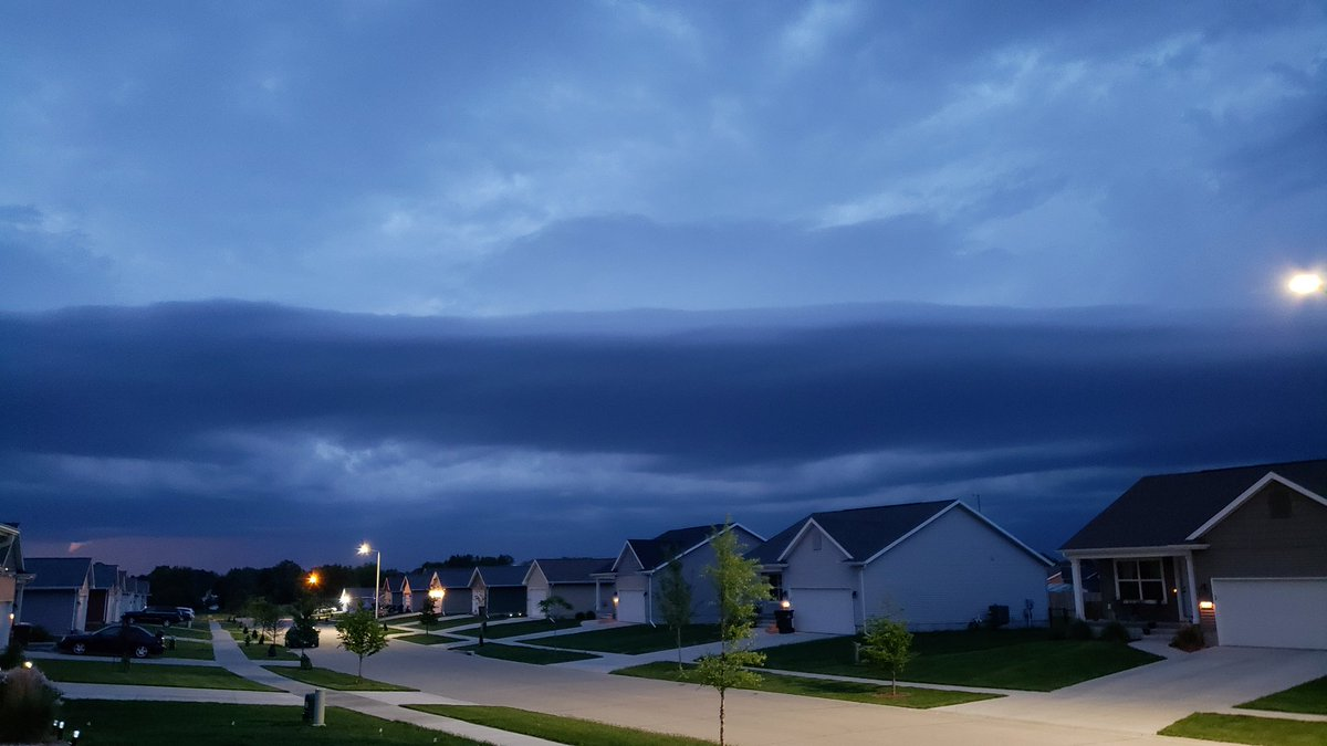 Impressive storm front clouds Robins IA @KCRG_FirstAlert @Joe_Winters @KopelmanWX @KGAN_Weather @WXSchnack @KWWLStormTrack7 @IAStormChasing @NWSQuadCities @KyleKWWL @Kaj_OMara @ChrisHavelyWX @eileenloanWX @justingehrts @NStewCBS2 @NWSDesMoines @KCCIWeather<br>http://pic.twitter.com/co6xXB2SDc