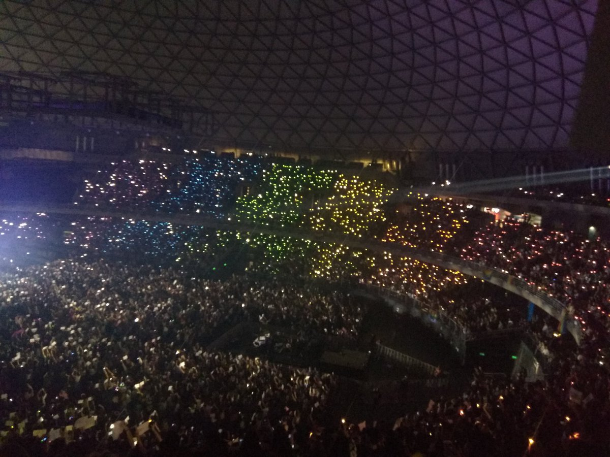 Harry just asked to light up the arena again during the song of the times #HarryStylesLiveOnTourSantiago  And it is Fucking Amazing <br>http://pic.twitter.com/VqMbTg3Kw1