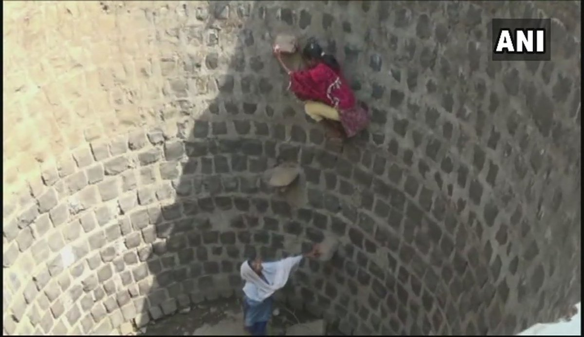 #MadhyaPradesh: People in Dindori's Shahpura are facing acute water shortage. Children have to climb down the well to collect water, as villagers are unable to fetch it using buckets due to less quantity. Locals say the well is 1 km away & other water bodies have dried up.