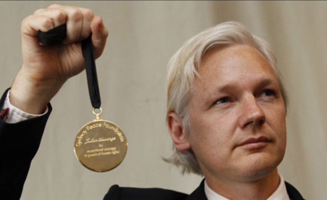 @FreeThree333 @sheatruthseeker @couragefound @greekemmy @Lenin The Gold Medal @JulianAssange is holding here is to Julian #Assange, for exceptional courage in pursuit of human rights. Only been awarded 4 times, to Mandela, Dalai Lama, Daisaku Ikeda and Julian Assange sydneypeacefoundation.org.au/peace-medal-ju… #ReconnectJulian #Ecuador #FreeJulian #WikiLeaks