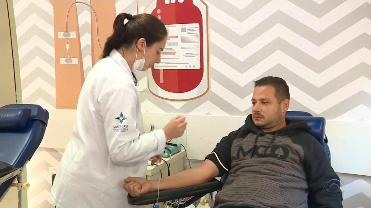 Grupo de caminhoneiros se une para doar sangue em Porto Alegre após queda de doadores em função de paralisação https://t.co/E1GsdZIo9I