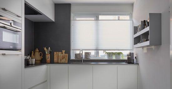 Zwarte raamdecoratie topjaloezieën