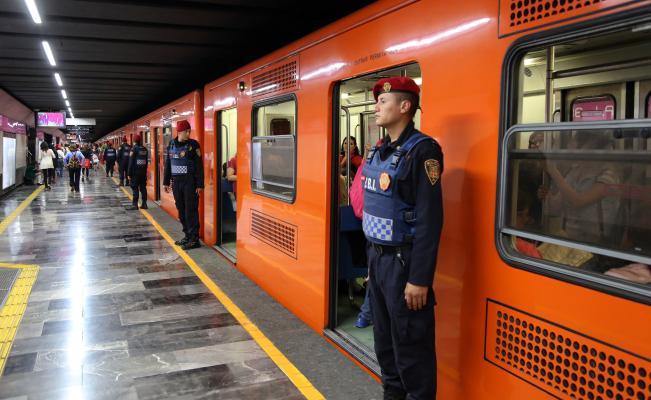 Los robos en el #Metro de la #CDMX ocurren cuando estás distraído por lo tanto, no te pongas los dos audífonos si vas escuchando música y si sientes buscan extraer algo de tu bolsa o mochila pide ayuda con voz firme y fuerte ▶ https://t.co/dl9a8PYc1F