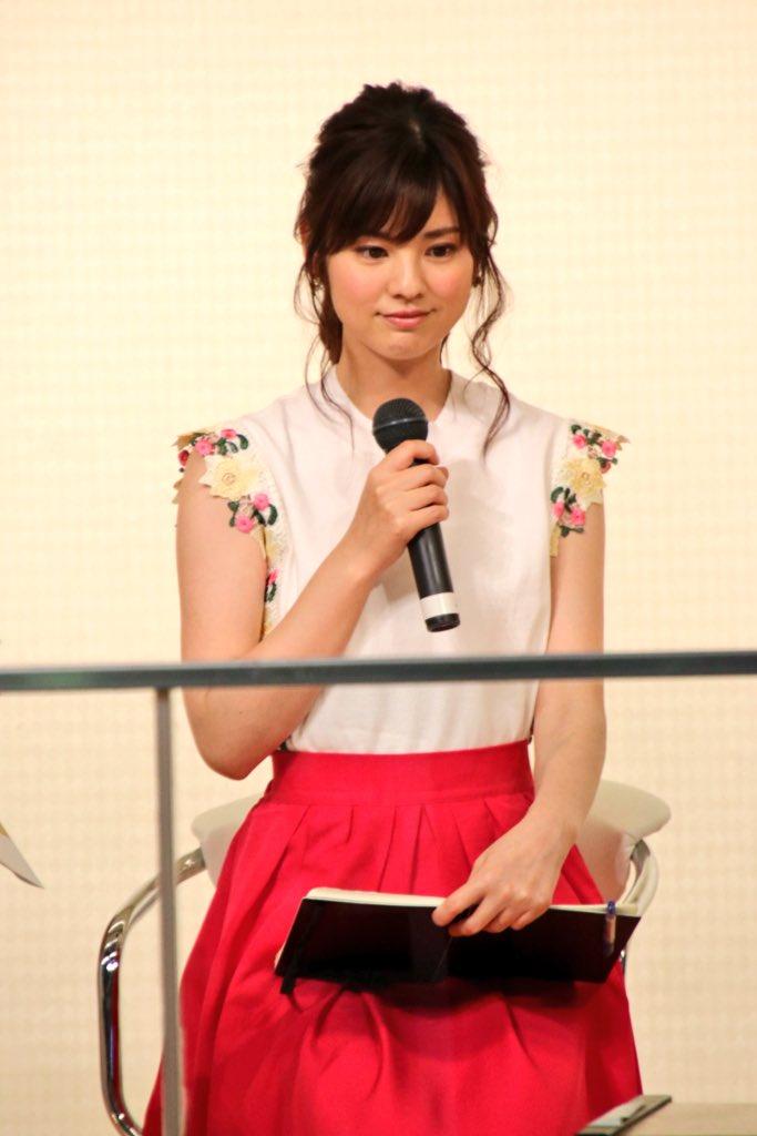 曽田麻衣子赤いスカートが可愛い