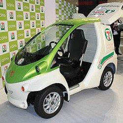 中国製の一人乗り電気自動車。外観を普通の車に寄せた結果、なんか縦横比的に不安になる感じになってる。 主な用途は宅配だけど、日本でよく見る配達の電気自動車はスクーターの拡大みたいなデザインだから、アプローチが真逆で面白い。