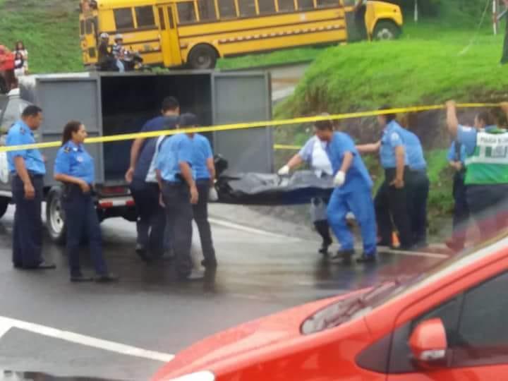 #LOÚLTIMO  Encuentran cadáver con signos de tortura en Cuesta el Plomo. Policía llegó a custodiar el lugar y no permitió que nadie se acercara. El cuerpo fue trasladado al Instituto de Medicina Legal (IML). #Nicaragua