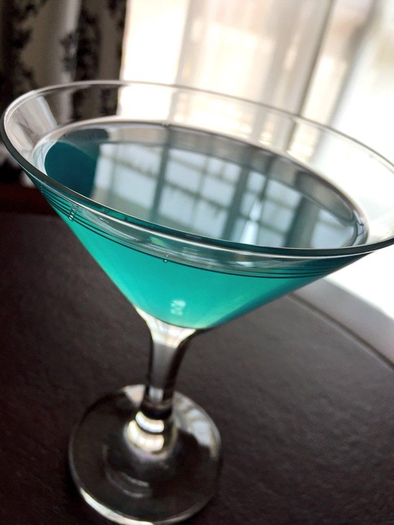 『シェイプ・オブ・ウォーター』のキーライムパイ作ってみた。 本物はグリーン一色だけど、ほの暗いブルーのグラデーションで映画の雰囲気をプラス。