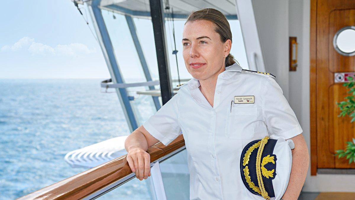 Meistgesehen:  Auf der Brücke einer Männerdomäne: Erste Frau kommandiert deutsches Kreuzfahrtschiff https://t.co/WLPpKdwpxc (Vid)