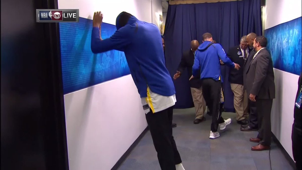 Image for the Tweet beginning: .@StephenCurry30 back with the Jones