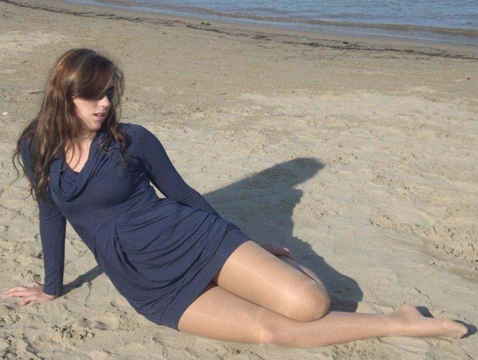 На пляжу в колготках
