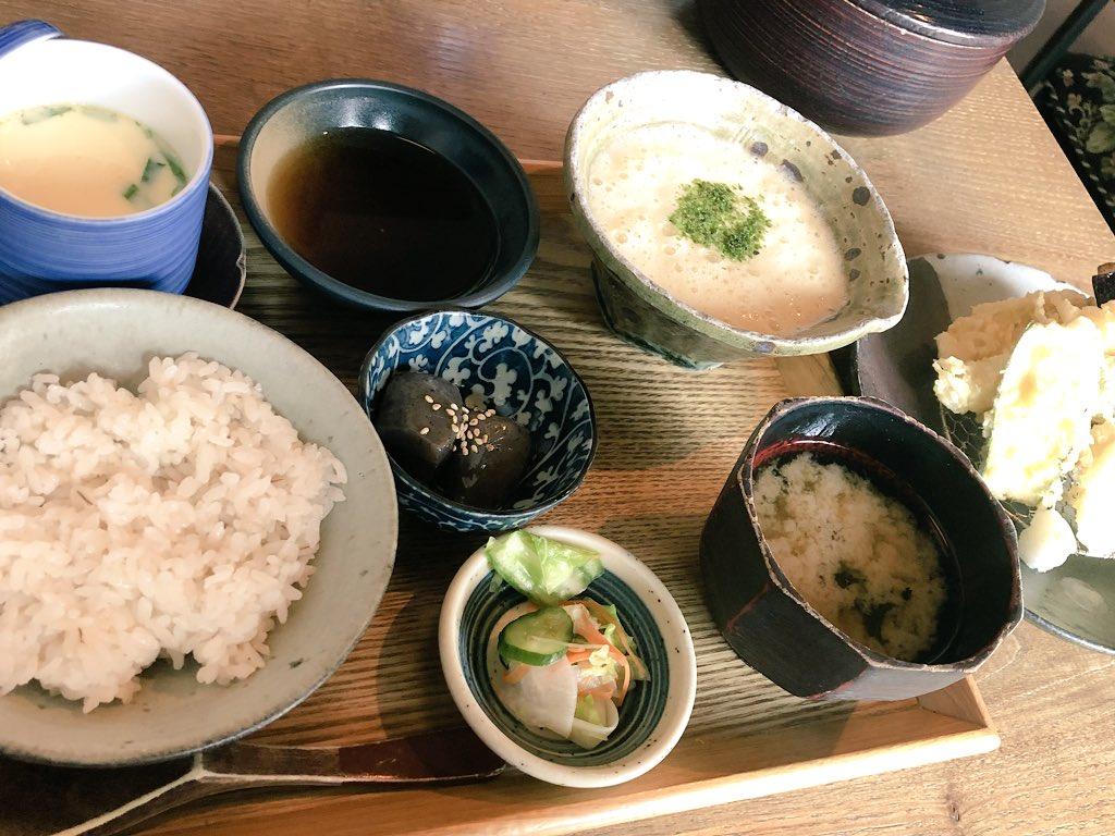 天ぷら麦とろ御膳。 味噌汁はなめこだ。