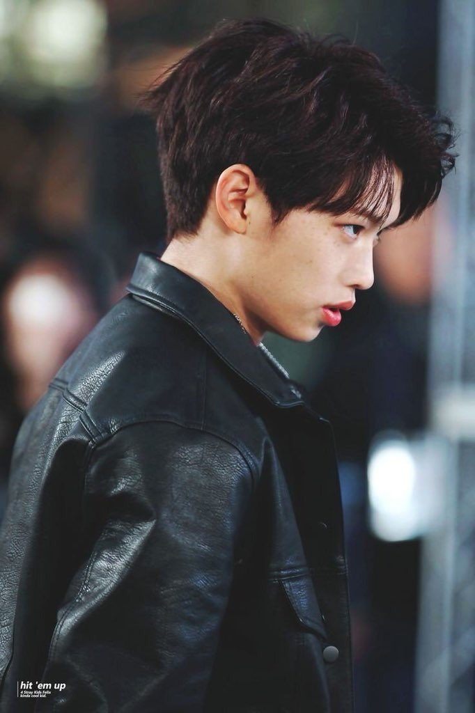 CAN YOU SEE HOW FELIX'S SIDE PROFILE LOOKS SO GOOD <br>http://pic.twitter.com/D88Q2GpeAv