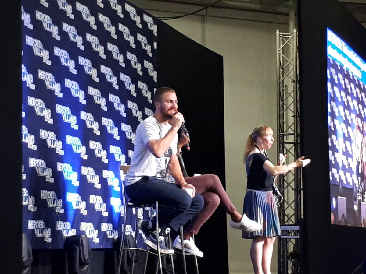 How long will Arrow be in prison? &quot;That was the first thing on Beth&#39;s email! I can&#39;t say!&quot; Stephen says #Arrow #hvfflondon<br>http://pic.twitter.com/MbaQyYzdsD
