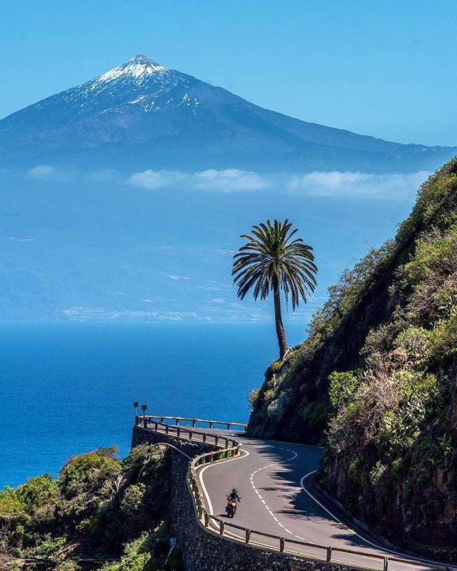 View of Tenerife's snow-covered volcano Teide from La Gomera  Photo and text by @marcusclaessen<br>http://pic.twitter.com/5PnqMKm0lI