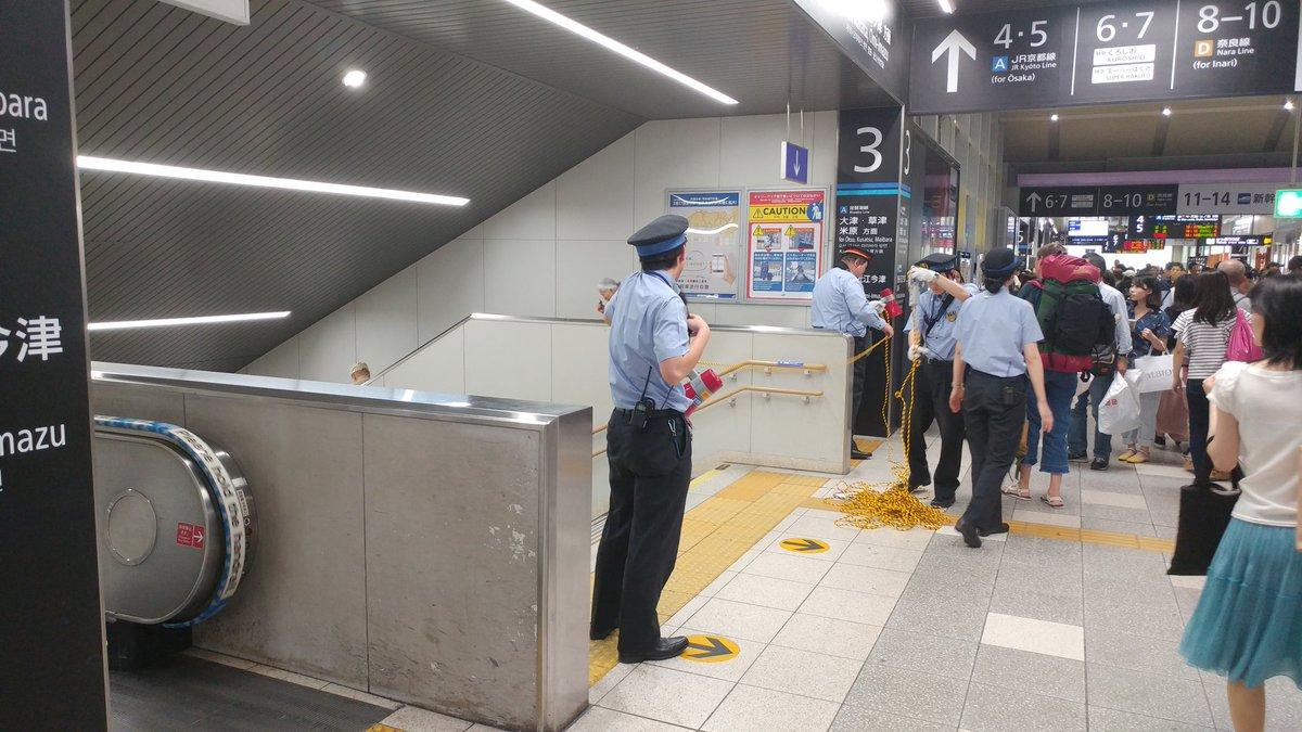 京都駅に入場規制をかけている現場の画像