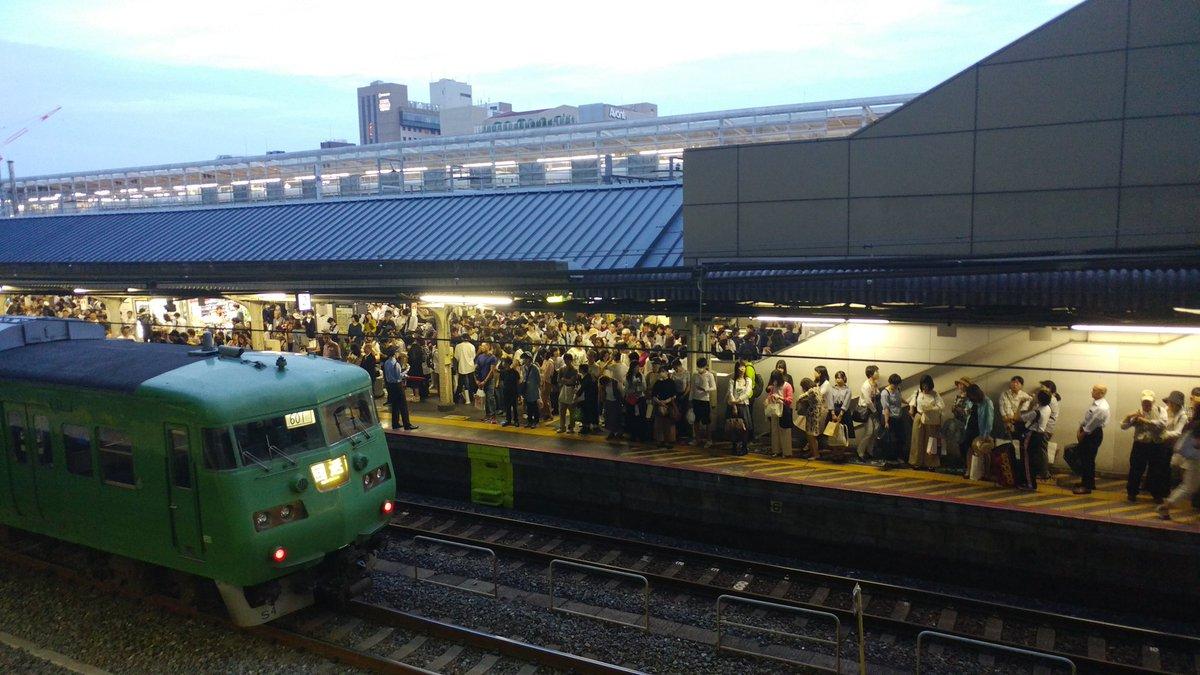 京都駅のホームが利用客で混雑している画像