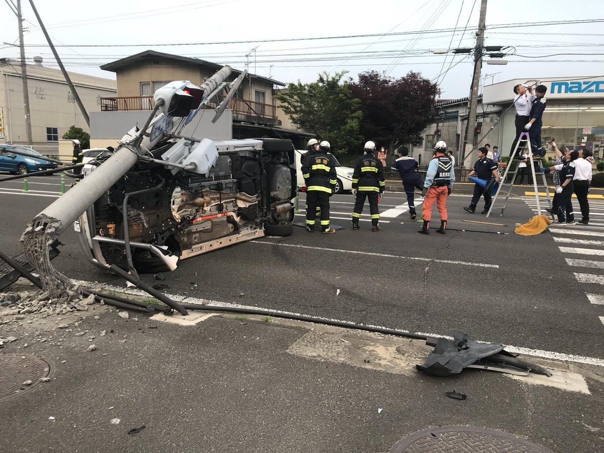 福島市内の国道4号で乗用車が信号機をなぎ倒している事故現場の画像