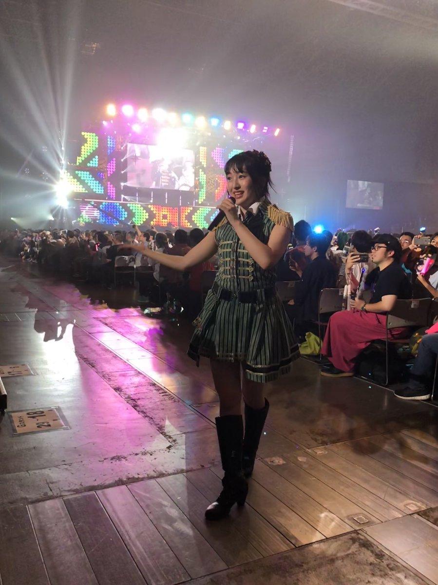 ステージに立つスタイルのよい田島芽瑠