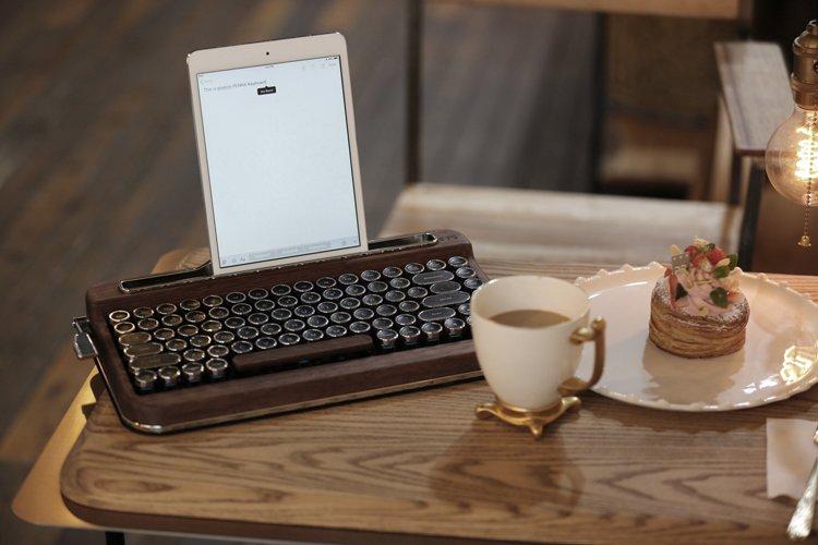 3798ab729ec #penna keyboard Typewriter Style Keyboard. http://www.elretron.net  #pennakeyboard #wireless #mechanical #vintage #retro #design #keyboard #new  #technology ...