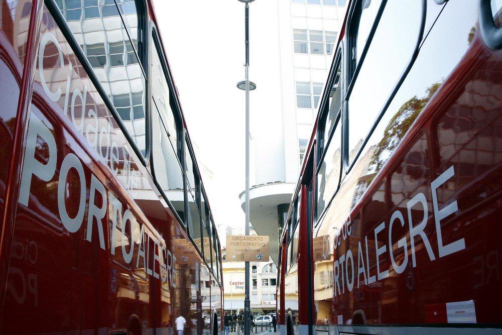 Ônibus voltam a circular em Porto Alegre nesta segunda-feira; no domingo, opções são lotação, vans escolares e táxis compartilhados  https://t.co/XbZfPdCI1w