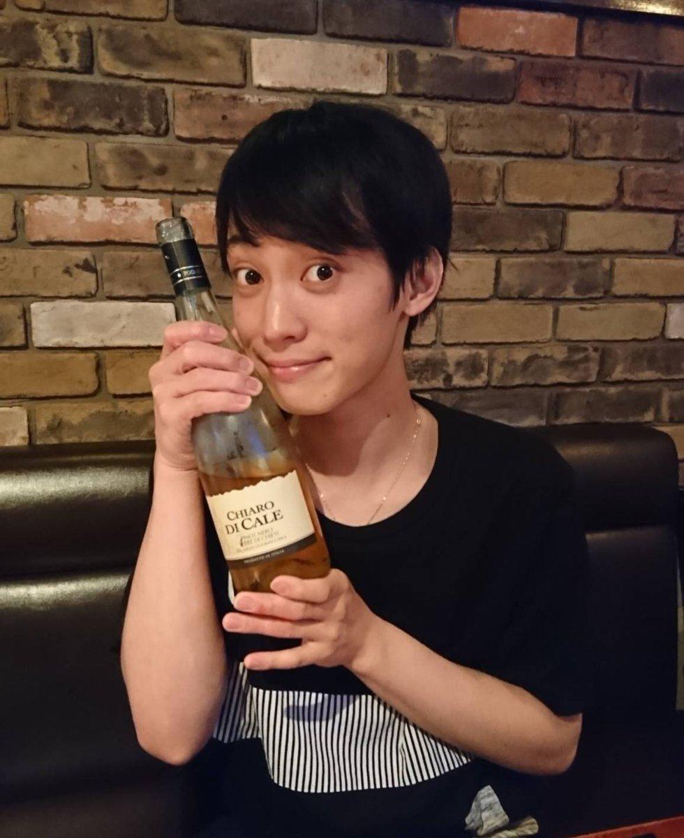 ワインを持つ百瀬朔