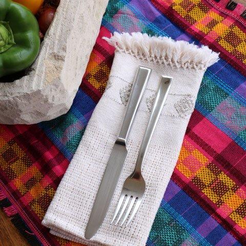 Lo rústico y tradicional es lo que está de moda. Pruébalo utilizando caminos de mesa guatemaltecos en tu mesa.   #Cortitelas #LoMejorenTelas #FashionHonduras #ImaginaTodoloquePuedesCrear #Crealo #Diseñalo #Imagínalo