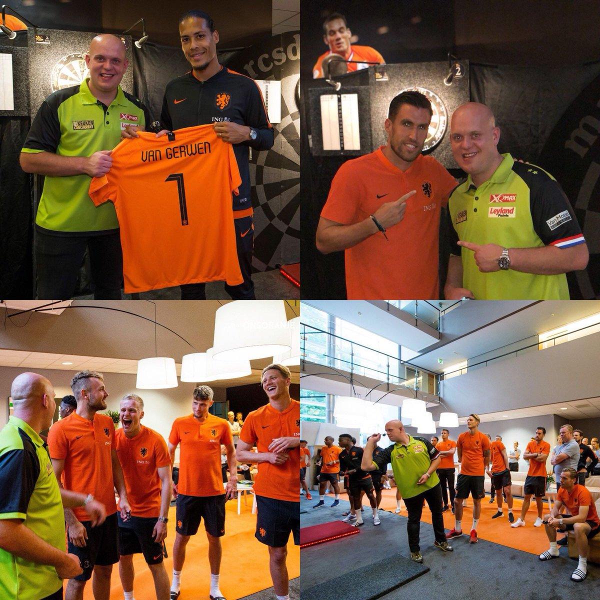 FEATURE | Van Gerwen Enjoys Darts Evening With Dutch Football Squad: michaelvangerwen.com/van-gerwen-enj… #Darts #Football @RonaldKoeman @Persie_Official