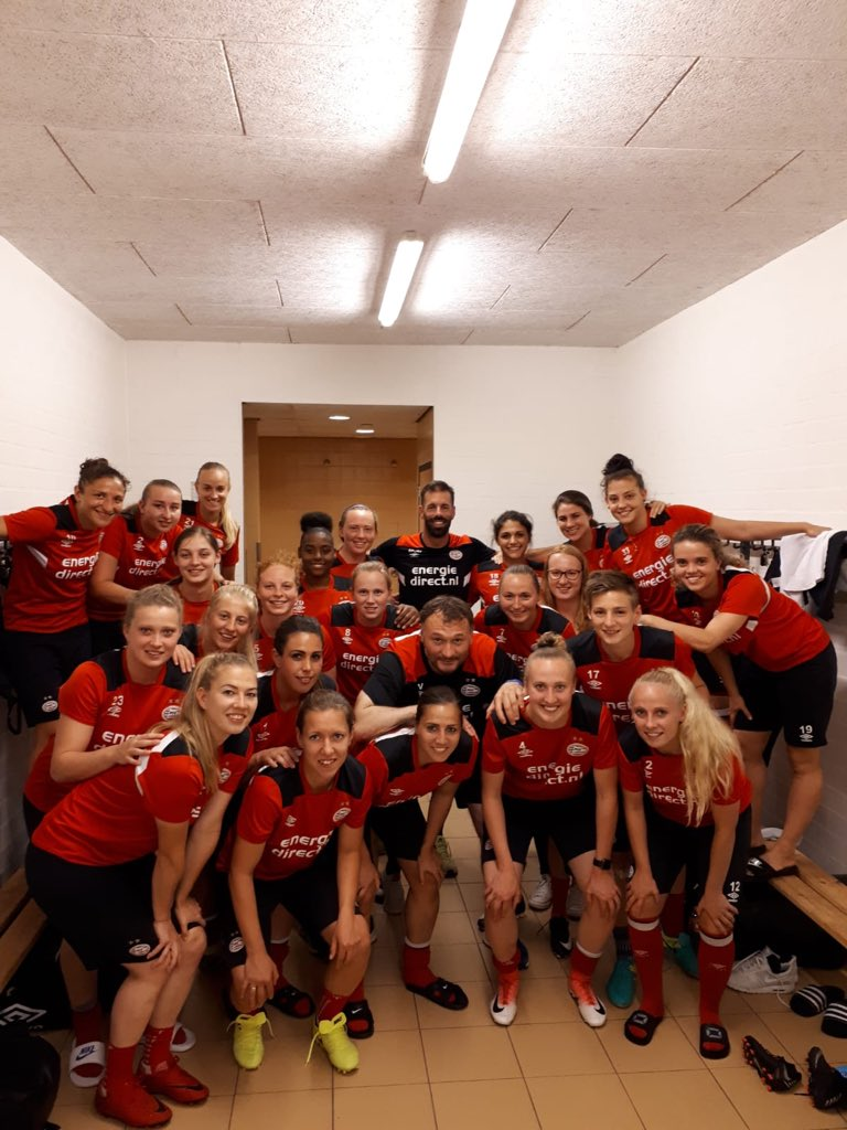 Dressing room talk for the @psv women's team, in their preparation for the cup final on Saturday. 👍💪🏻👌👊🏼⚽️ #MaximumEffort #FocusOnFootball #1Game1Goal #EendrachtMaaktMacht