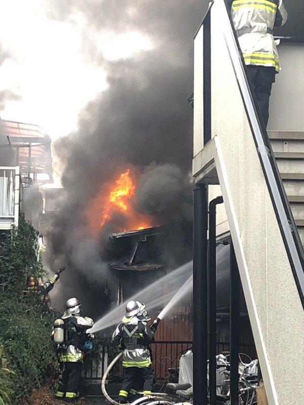 鎌倉市の住宅で火事が起きている現場画像