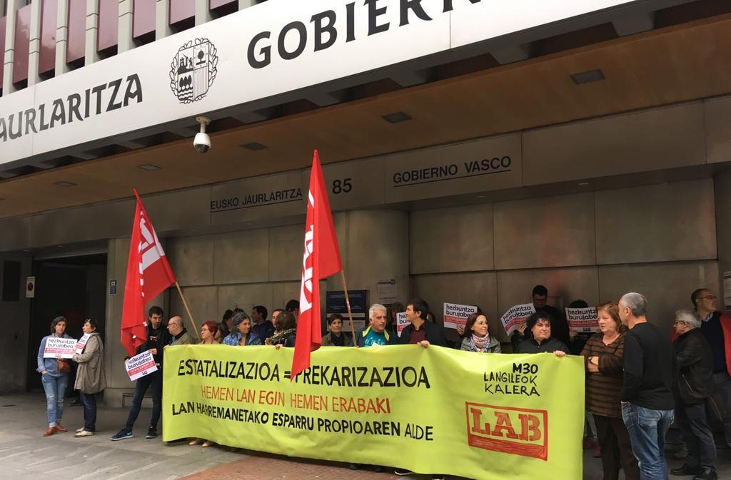 GAUR #LangileokKALERA  📢📢📢  Espainiarekiko dependentzia=lan-hitzarmenen estatalizazioa=lan-baldintzen prekarizazioa  Hobeto bizitzeko hemen erabaki!  #LanDuina #BiziDuina #HerriDuina  @labzpf Mobilizatzen #Bilbo #Gasteiz