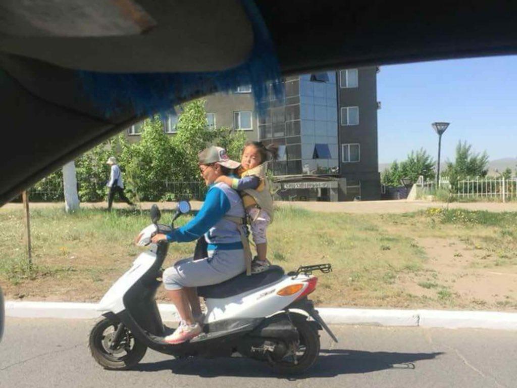 Энэ эгч өөрөө юу хийж байгаагаа ойлгож байгаа болов уу☹️☹️☹️#дарханд автомашинууд хамгийн хурдтай явах газар😡😡😡 https://t.co/ykIetYrDIF