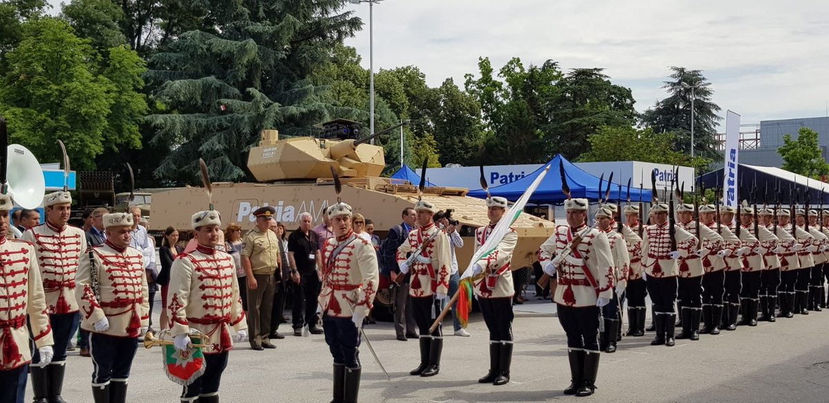 مدرعه Patria AMV تجري تجارب حيه لاطلاق النار امام الجيش البلغاري  DecbPV2W0AAevmd