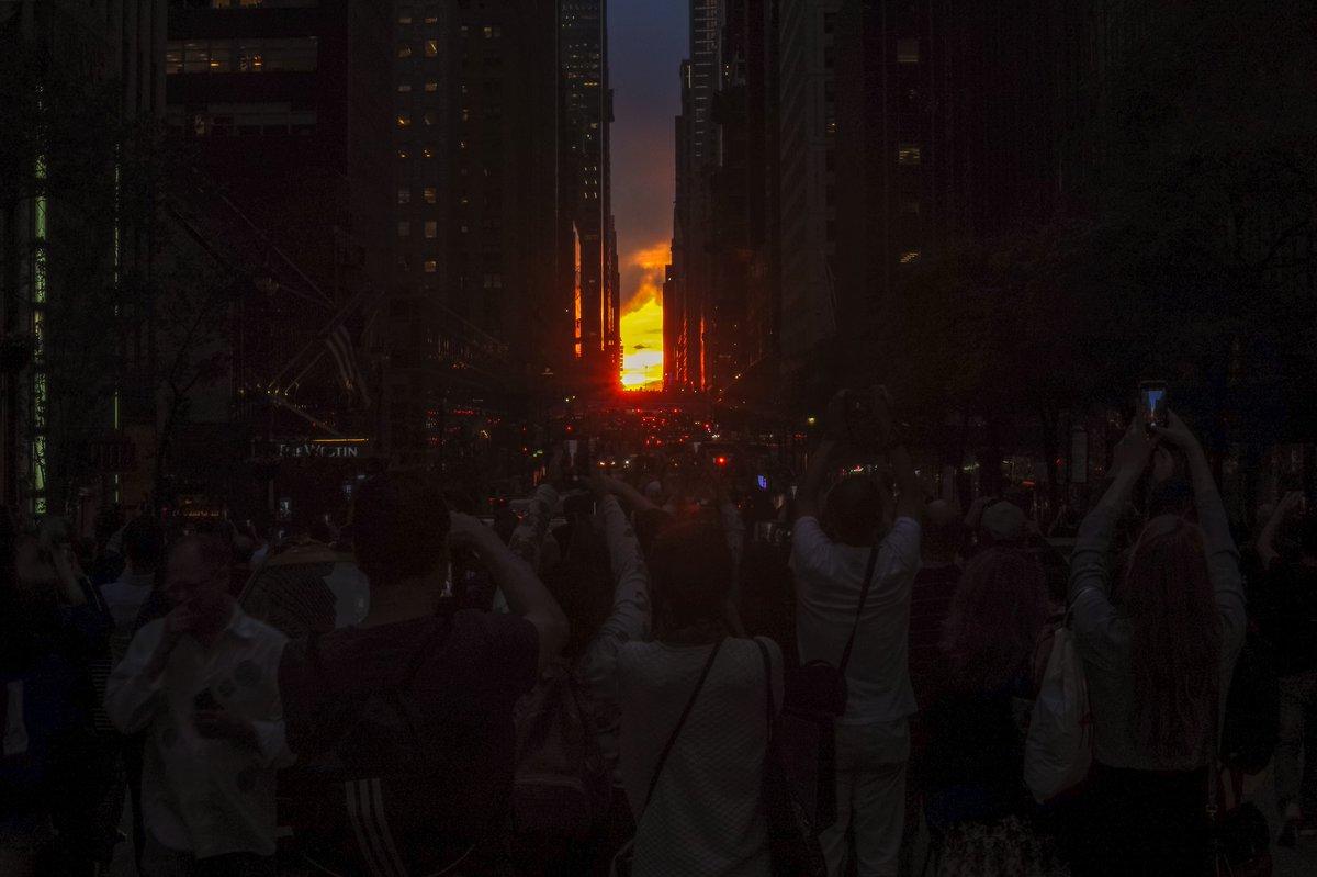 It's a #NewYork thing! 🔝💯  #Manhattanhenge2018 🌇🌆🗽🇺🇸 #Manhattanhenge #Manhattan #NY #NYC #Wednesday #May30th #Spring2018 #42ndStreet #ABC7NY #NBC4NY #CBSNewYork @fox5ny @CBSNewYork @NBCNewYork @ABC7NY @nycfeelings @NYCDailyPics @TimeOutNewYork @NycPrimeShot @nycgo