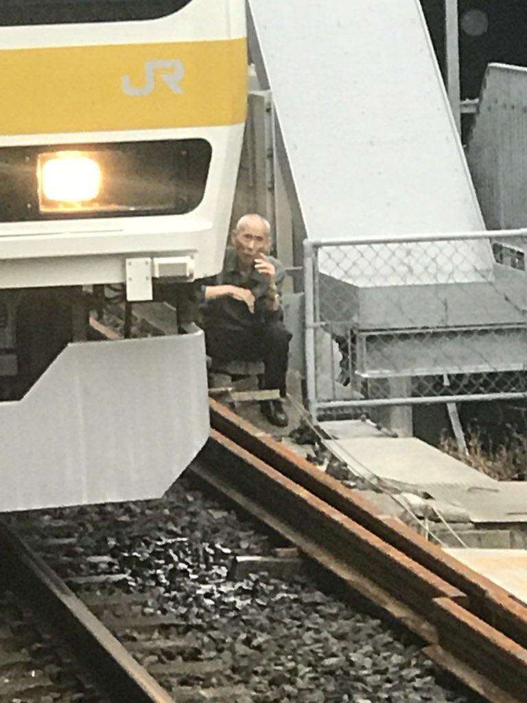総武線の平井駅でおじいさんが線路内に立ち入っているTwitter画像
