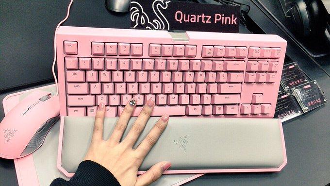 4 pic. #razerjp さんからピンクカラーの「QUARTZ EDITION」とアパレルが届きました〜〜!!!ありがとうございます!!女子力高いPC周りになりそうだ……!猫耳つけて設置配信しなきゃ!
