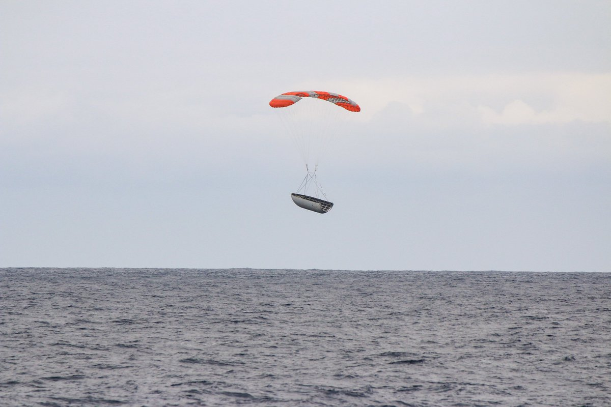 Falcon 9 fairing halves deployed their parafoils and splashed down in the Pacific Ocean last week after the launch of Iridium-6/GRACE-FO. Closest half was ~50m from SpaceX's recovery ship, Mr. Steven. https://t.co/JS7d5zTdIg