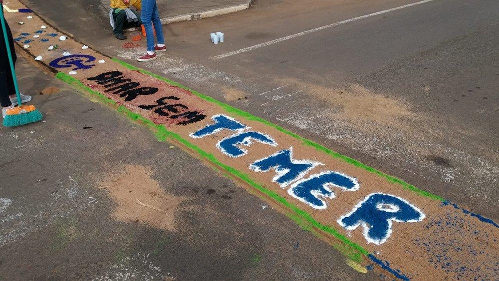 Igreja apaga tapete de Corpus Christi que dizia 'Fora Temer', no Rio Grande do Sul https://t.co/XmXyy4EMsS #G1