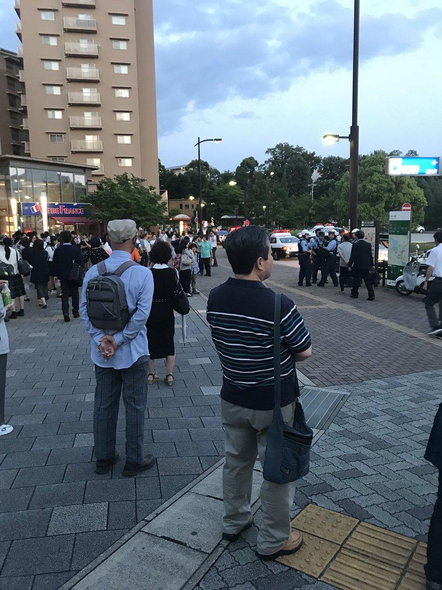 自由ヶ丘駅に刃物男が現れ女子中学生を人質にとっている事件現場の画像
