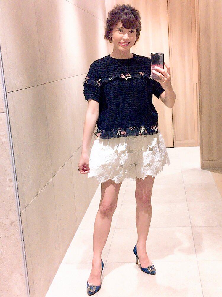 黒いシャツにROCHASの白いショートパンツをはいた神田愛花アナの画像