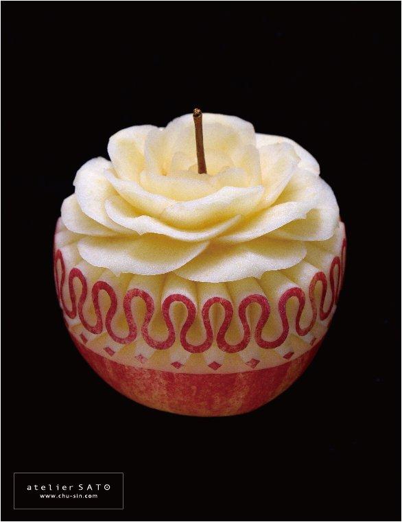 りんごを彫ったものです。 バラと襞襟を組み合わせてみました。 #フルーツカービング #果物彫刻