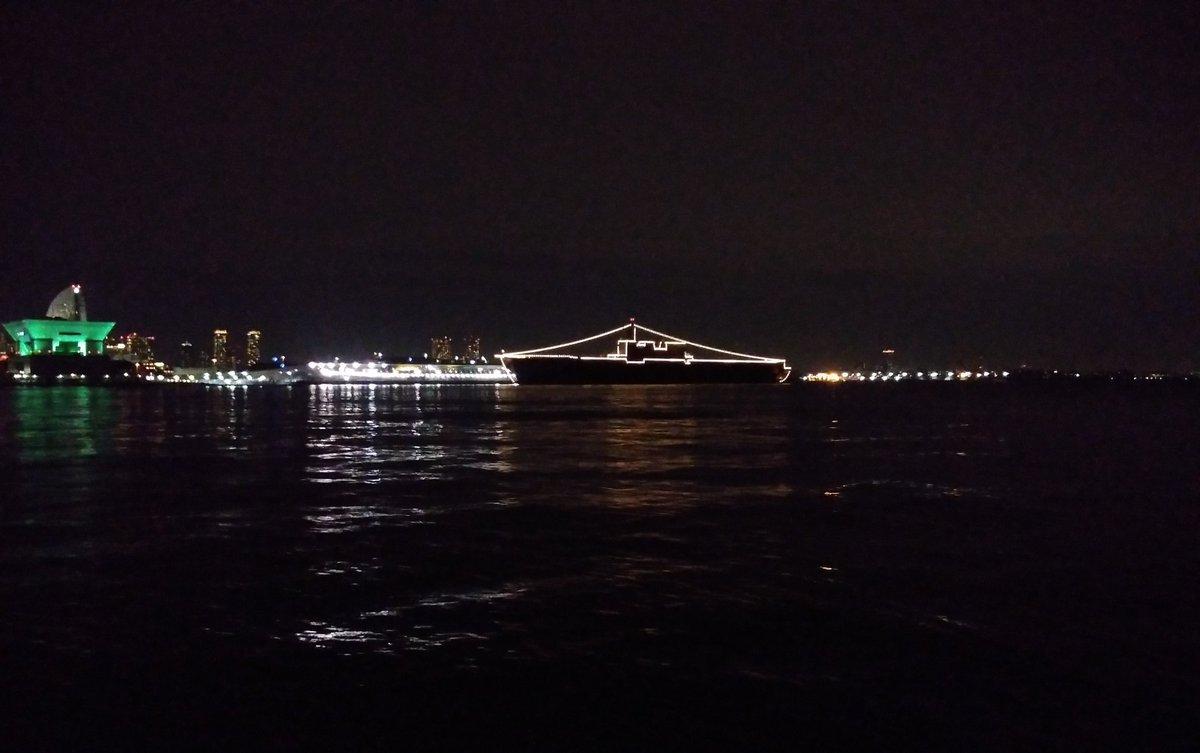 @baku3sbag お久しぶりです. 横浜大桟橋(おおさんばし) DDH183「いずも」電灯艦飾・・・ 明日、一般公開へ娘を連れていきます