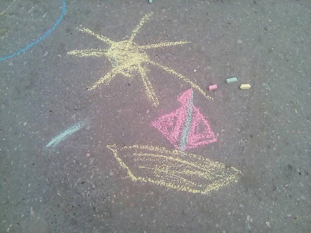 Рисунок прощай лето на асфальте
