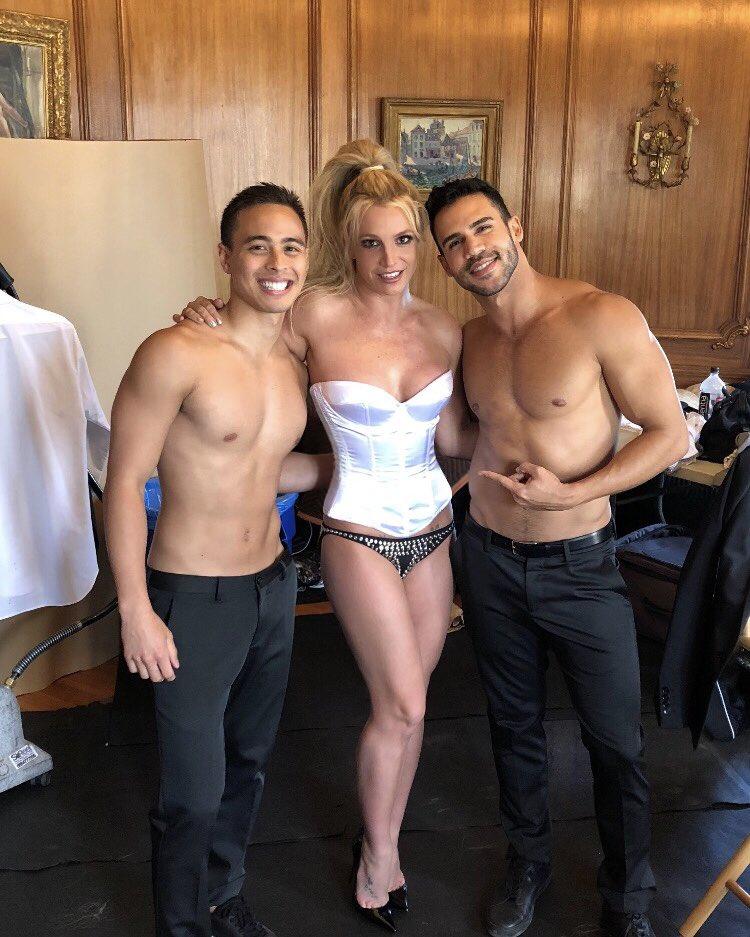 Britney Spears  - Σελίδα 15 DeozfXoXcAAGe0A