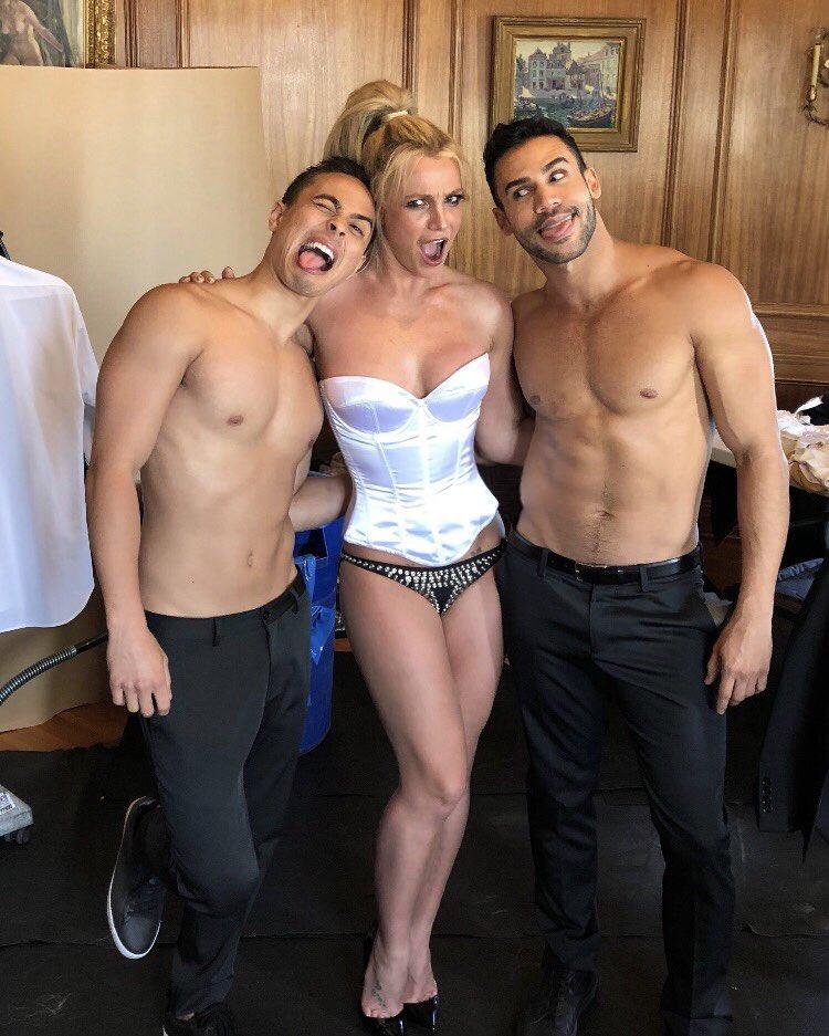 Britney Spears  - Σελίδα 15 DeozfXrXkAYH7cp