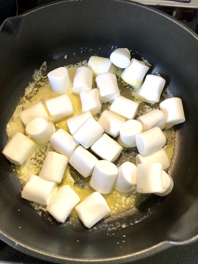 溶かしたバターにマシュマロを一袋ぶち込んで煮溶かして、無糖のコーンフレークをぶち込んで混ぜただけのお菓子。未だにこれ以上に中毒性の高いお菓子は出会っていない。悪魔的美味しさ、、