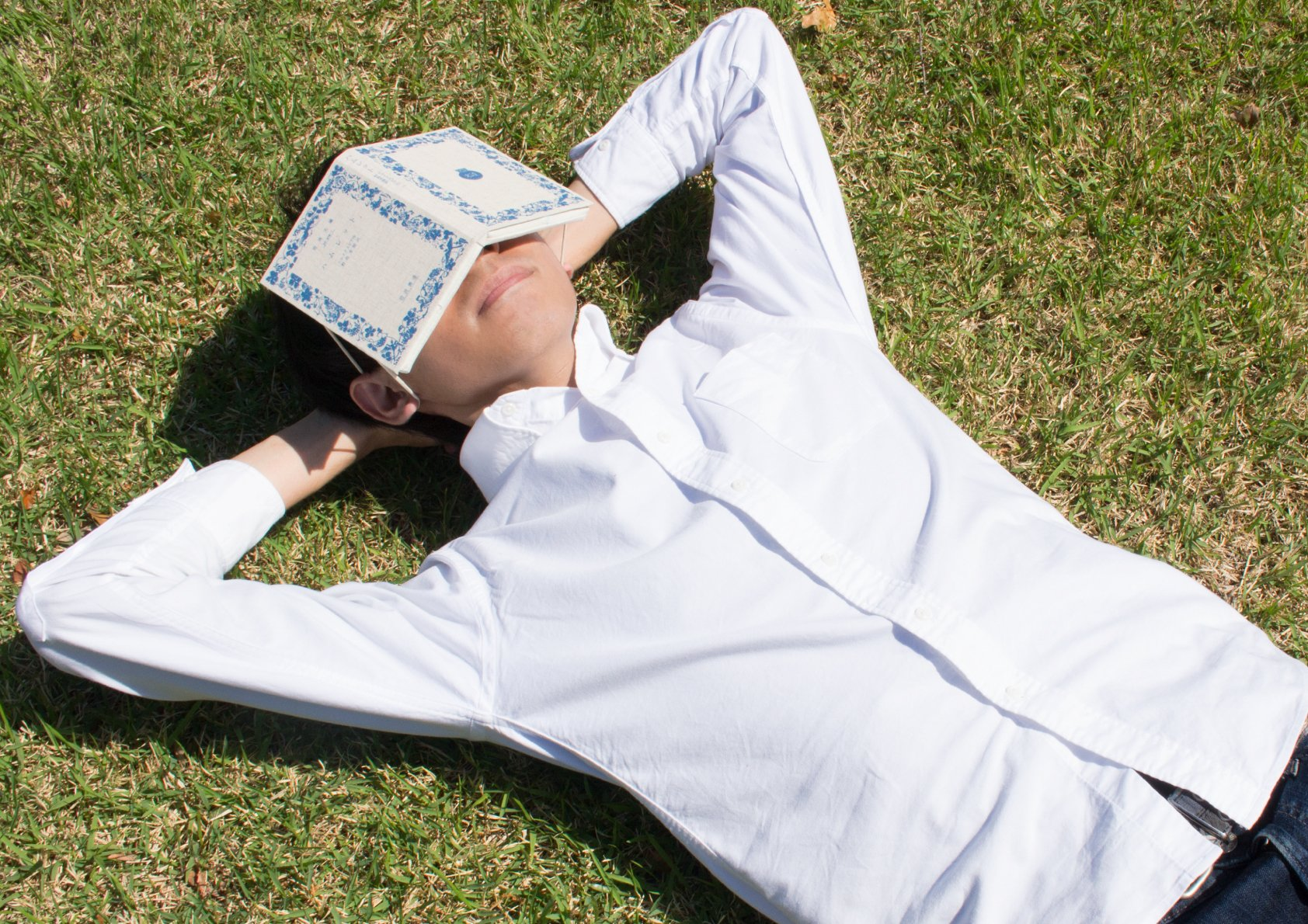 「本を頭にのせて寝るの、かっこいいな〜」と思ったので、本みたいなアイマスクを作りました。