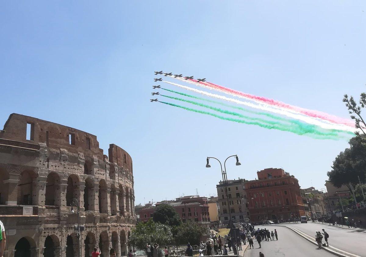 La #bandiera italiana 🇮🇹 sui cieli di #Roma grazie al sorvolo delle @FrecceTricolori #2Giugno #FestadellaRepubblica
