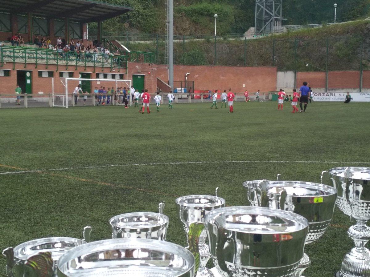 Comienzan las finales en el torneo de Basurto. En juego @SDRetuertoSport - @clubportugalete Benjamín de 2008 y @ZazpiLanda1991 - @sddeusto Benjamín de 2009. https://t.co/Y3uPcj3dzs