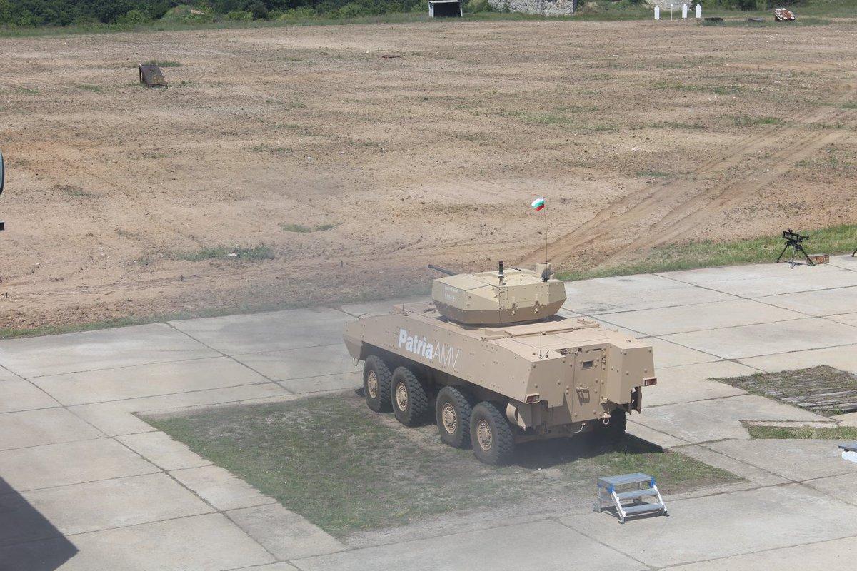 مدرعه Patria AMV تجري تجارب حيه لاطلاق النار امام الجيش البلغاري  DewRPolW0AAFL_y