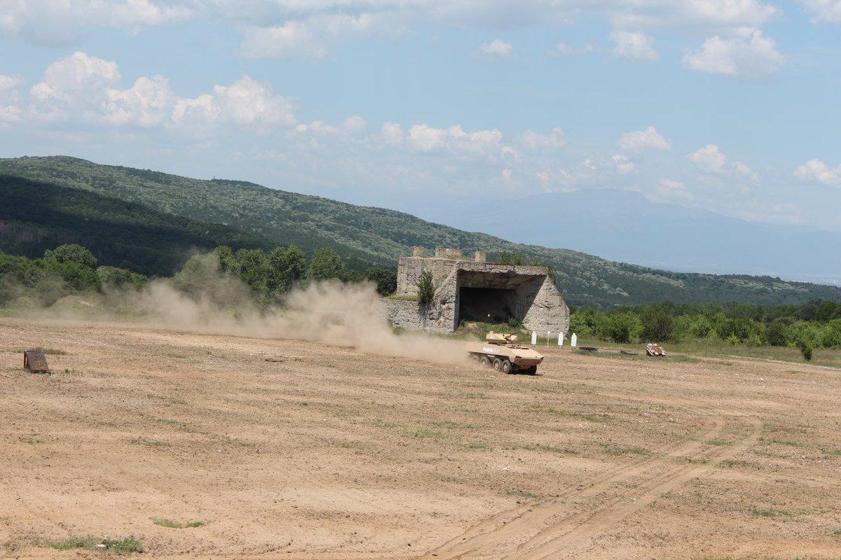 مدرعه Patria AMV تجري تجارب حيه لاطلاق النار امام الجيش البلغاري  DewRPrdX4AAVlgt